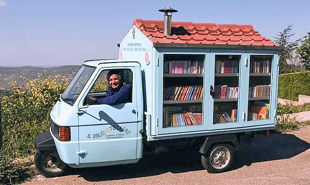 Χωρίς ...λόγια!Ο συνταξιούχος δάσκαλος Antonio La Cava γυρνά από χωριό σε χωριό, στην Ιταλική επαρχία με την μικροσκοπική του κινητή βιβλιοθήκη, με σκοπό να προωθήσει το διάβασμα. Τα παιδιά περιμένουν ανυπόμονα κάθε εβδομάδα να βρουν κάτι καινούριο και ενδιαφέρον ανάμεσα στα βιβλία του!